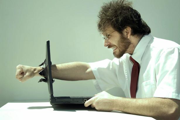 wściekły facet laptop